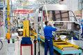 Producenci motoryzacyjni potrzebują więcej pracowników. Czy deficyt kadry spowolni branżę?
