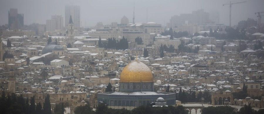 Cztery osoby zginęły, a kilkanaście zostało rannych w ataku terrorystycznym w Jerozolimie. Rozpędzona ciężarówka wjechała w tłum ludzi na popularnej promenadzie w pobliżu Starego Miasta. Palestyński kierowca wozu został zastrzelony.
