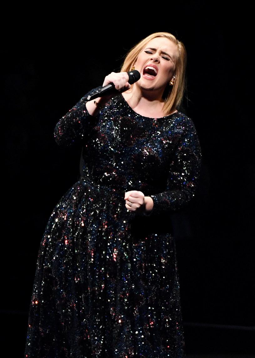 """Wydany jeszcze w listopadzie 2015 r. album """"25"""" Adele błyskawicznie podbił listy sprzedaży na całym świecie i tak było przez kolejne miesiące - w sumie w 2016 r. rozeszło się ponad 4,6 mln egzemplarzy tej płyty."""