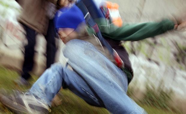 14-latek pobity przez kolegów w gimnazjum w Trzebnicy na Dolnym Śląsku. Chłopiec został zaatakowany na początku tygodnia przez dwóch kolegów. Trafił do szpitala we Wrocławiu.