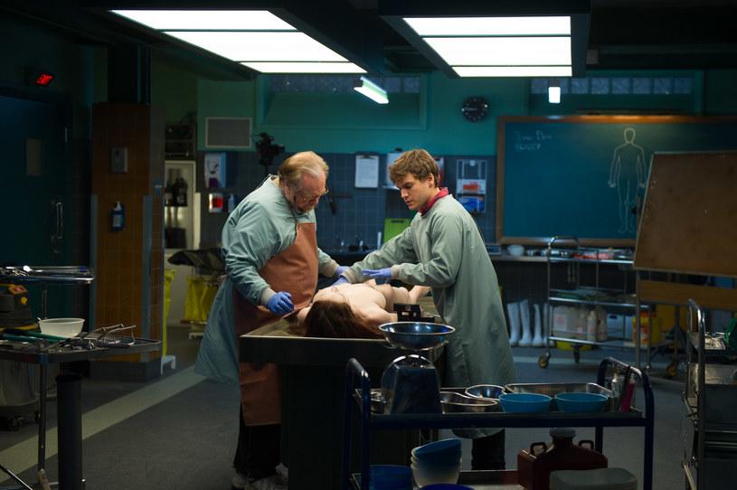 """Sir Anthony Hopkins nie jest jedynym Hannibalem Lecterem Hollywood. Pięć lat przed """"Milczeniem owiec"""" za adaptację książki Thomasa Harrisa wziął się zaczynający swoją kinową karierę Michael Mann, a w rolę Lectera (a właściwe Lecktora, jak określany był w scenariuszu) wcielił się, nieznany w Hollywood ale doświadczony w teatrze i telewizji, Brian Cox."""