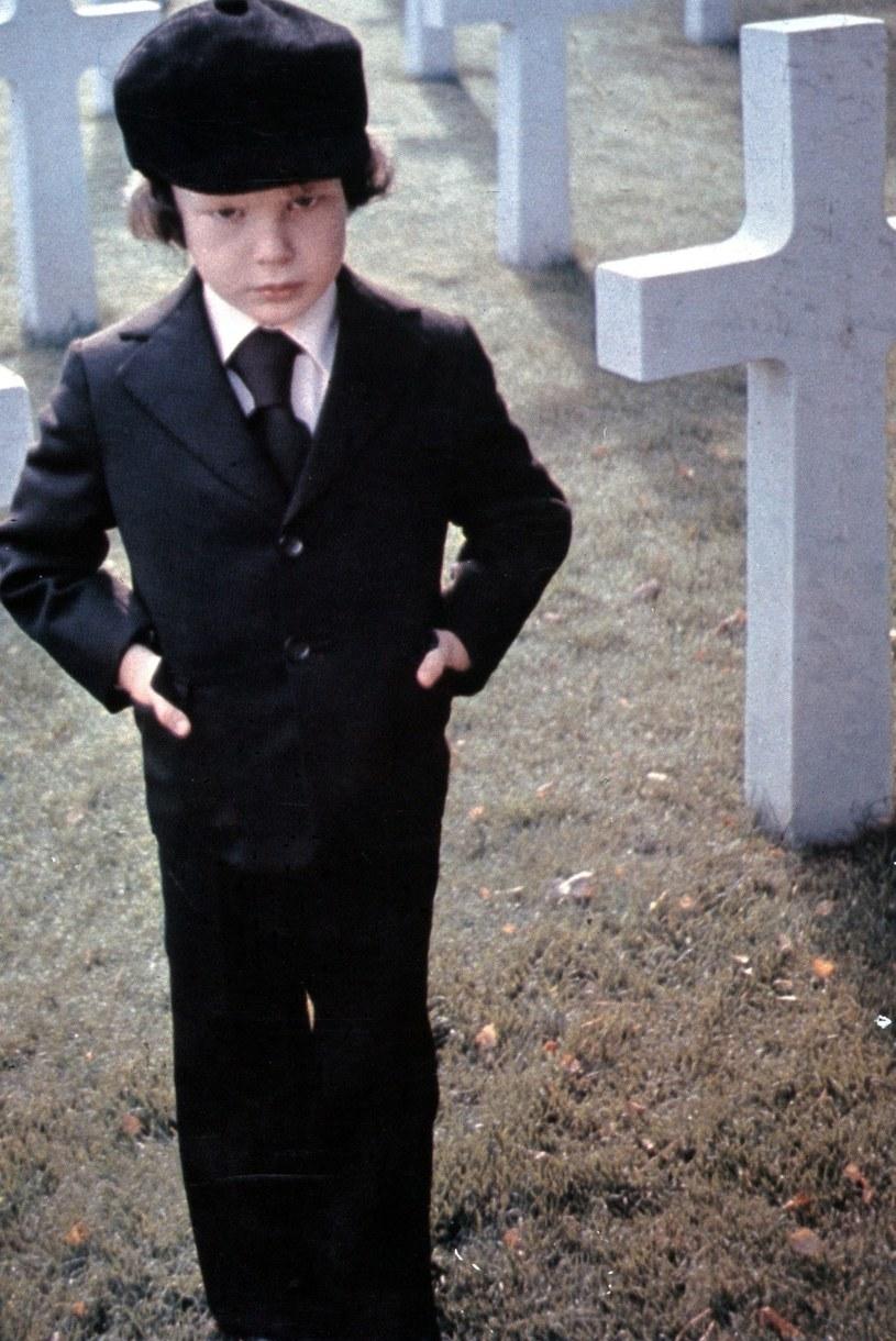 """To zły omen i to... dosłownie. 46-letni Brytyjczyk trafił dziś, w piątek 13, do sądu za pobicie na jezdni dwóch cyklistów. Nie byłoby w tym nic nadzwyczajnego, gdyby nie nazywał się Harvey Spencer Stephens. Jako dziecko to on zagrał rolę Damiena - syna szatana w kultowym horrorze """"Omen""""."""