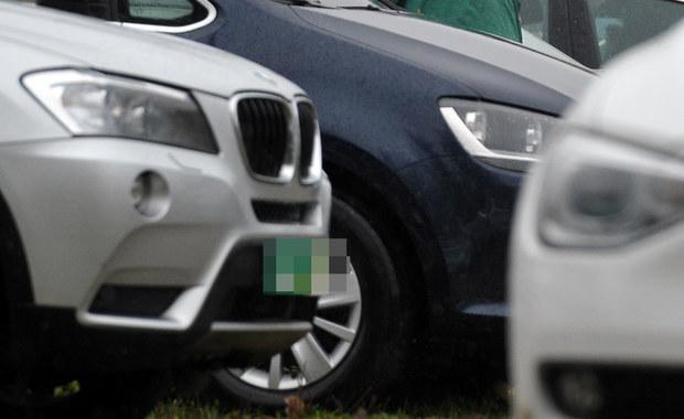CBŚP zatrzymało sześciu mężczyzn, w tym właścicieli autokomisu i stacji diagnostycznej pojazdów, podejrzanych o fałszowanie dokumentów i sprzedaż aut po zawyżonych cenach. Oszukanych mogło zostać kilkaset osób, a sprawcy w ten sposób mogli zarobić nawet 2,5 mln zł.