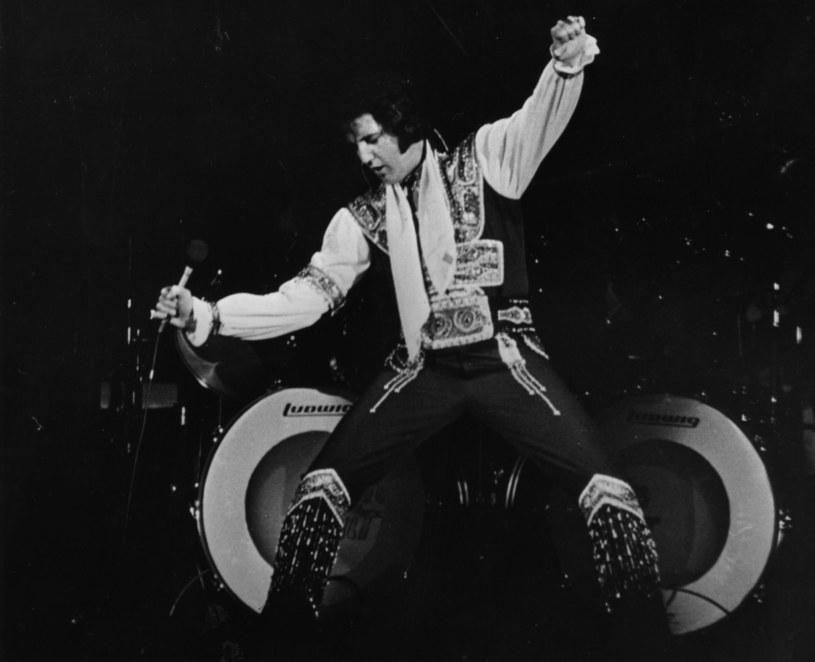 """W sieci pojawiła się kolejna teoria konspiracyjna o tym, że Elvis Presley żyje. Tym razem burzę wywołały zdjęcia z Facebooka, na których rzekomo znajduje się """"król""""."""