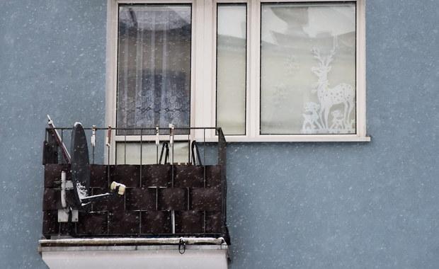 Oba noworodki, których ciała znaleziono na balkonie bloku w Iławie, urodziły się żywe - poinformowała Prokuratura Okręgowa w Elblągu, powołując się na wstępną opinię biegłego. Poród odbył się poza szpitalem, matka dzieci zmarła.