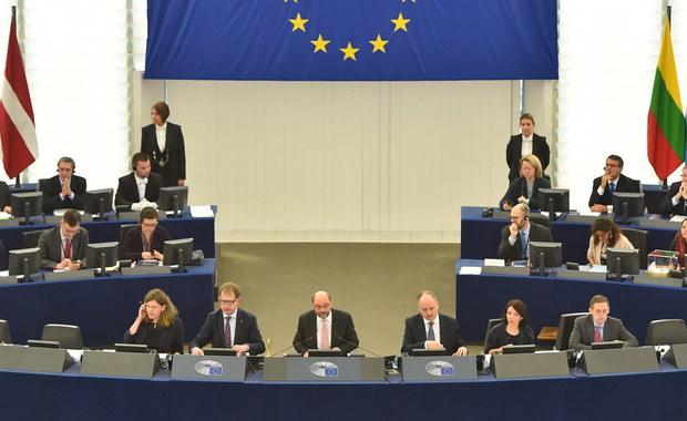 Chadecy i liberałowie porozumieli się, żeby ukarać Polskę. Zapisy w tej sprawie znajdują się w umowie, którą zawarły obie grupy polityczne, by liberałowie mogli poprzeć Antonio Tajaniego po rezygnacji z kandydowania przez Guya Verhofstdta. Eurodeputowani PiS mają więc problem. Jeżeli w ostatniej turze głosowania, do której przejdzie tylko chadek Tajni i socjalista Gianni Pittella poprą chadeka, to będzie oznaczało, że popierają umowę chadeków z liberałami, w której znajdują się zapisy skierowane wyraźnie przeciwko rządowi w Polsce.