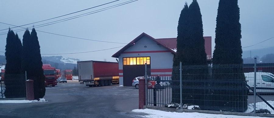 Trzech nastolatków próbujących nielegalnie przekroczyć granicę - ujawniła policja w Makowie Podhalańskim. Na naczepie tira jadącego z Serbii do Polski znajdowali się 10-latek, 15-latek i 18-latek. Na razie nie ustalono ich narodowości. Informację o zdarzeniu dostaliśmy na Gorącą Linię RMF FM.