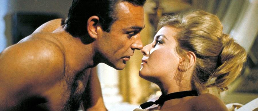 """Jeśli ktoś nie wierzy, że badania naukowe mogą być formą przyjemnego spędzania czasu, polecam najnowsze odkrycie naukowców z Nowej Zelandii. Uważnie obejrzeli oni wszystkie filmy z Jamesem Bondem i na łamach czasopisma """"Tobacco Control"""" piszą, że choć agent 007 sam rzucił palenie, to wciąż zbyt często ma okazję, by palić biernie. Papierosy nie pojawiają się w ogóle tylko w jednym z 24 poświęconych mu filmów."""