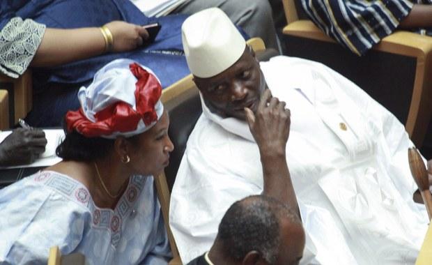 Ustępujący prezydent Gambii Yahya Jammeh ogłosił stan wyjątkowy na dwa dni przed przekazaniem władzy liderowi opozycji. Wszystko wskazuje, że to próba zachowania władzy przez dyktatora, którzy rządził krajem przez ponad 20 lat.