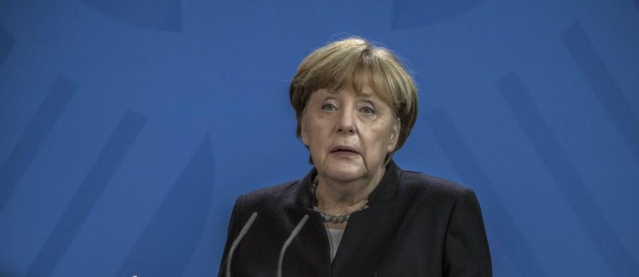"""Kanclerz Angela Merkel nie ma zamiaru przyznać się do błędu w kwestii prowadzonej przez własny rząd polityki imigracyjnej – ocenia w korespondencji z Hamburga """"Gazeta Polska Codziennie"""". Jak czytamy w dzienniku, Merkel ciągle broni swoich decyzji związanych z zapraszaniem do Europy wszystkich uchodźców i powtarza credo """"Wir schaffen das!"""" (damy radę). Zdrowy rozsądek podpowiada jej jednak, że należy wdrożyć korekty w polityce otwartych drzwi."""