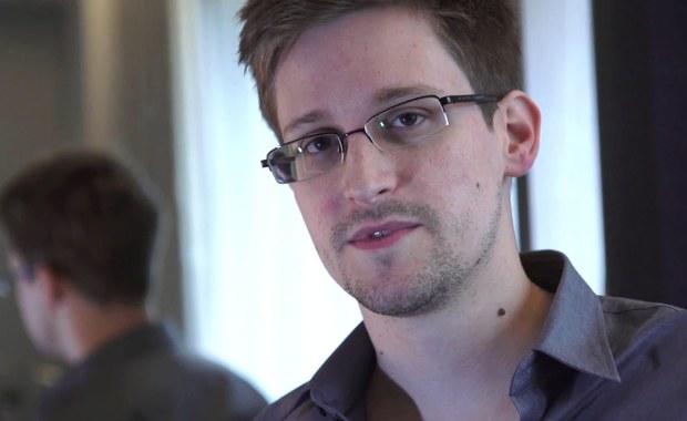 Edwardowi Snowdenowi, byłemu współpracownikowi amerykańskiej Agencji Bezpieczeństwa Wewnętrznego (NSA), niedawno przedłużono zezwolenie na pobyt w Rosji na co najmniej dwa lata - podała rzeczniczka MSZ Rosji Maria Zacharowa. skomentowała w ten sposób na swoim Facebooku felieton byłego dyrektora CIA Michaela Morella na portalu The Cipher Brief. Morell napisał w nim, że dla prezydenta Rosji Władimira Putina korzystne byłoby przekazanie Snowdena Stanom Zjednoczonym. Jego zdaniem, Putin mógłby wykorzystać jako okazję zbliżające się zaprzysiężenie Donalda Trumpa na prezydenta USA.