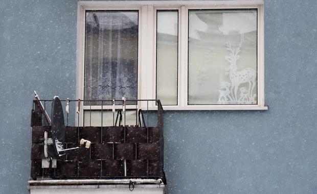 Matka bliźniaków znalezionych na balkonie jednego z mieszkań przy ulicy Grunwaldzkiej w Iławie zmarła wskutek wstrząsu krwotocznego po porodzie - tak wynika z sekcji zwłok 35-latki. Według nieoficjalnych informacji reportera RMF FM jeden z chłopców miał uraz głowy.