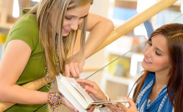 """Masz przyjaciela? Wykorzystaj go w czasie sesji egzaminacyjnej. Opowiadanie mu o tym, czego się właśnie nauczyłeś, znacznie poprawia skuteczność powtarzania materiału. Przekonują o tym na łamach czasopisma """"Learning & Memory"""" naukowcy z Baylor University. Wyniki ich badań wskazują, że podzielenie się z kimś właśnie zdobytymi informacjami sprawia, że pamiętamy je dłużej przywołujemy łatwiej."""
