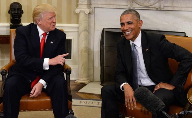 """Trudno o bardziej wymowne podsumowanie prezydentury Baracka Obamy, niż seria popularnych memów, w których słynne słowa prezydenta Johna F. Kennedy'ego: """"We'll put a man on the Moon"""", zderzono z opisem tego, co niektórym najbardziej zapadło w pamięć z ostatniego roku kadencji Obamy: """"We'll put a man in the Ladies' Restroom"""". Szczerze mówiąc, 44. prezydent USA w pełni sobie na to zasłużył. Porównywanie rozpoczęcia przez JFK ambitnego i zakończonego sukcesem programu lotów na Księżyc z wymuszonym decyzją Baracka Obamy programem zezwalającym chłopcom, czującym się dziewczynkami na wstęp do damskich szkolnych toalet, nie jest jednak do końca sprawiedliwe. Barack Obama ma na sumieniu poważniejsze błędy."""