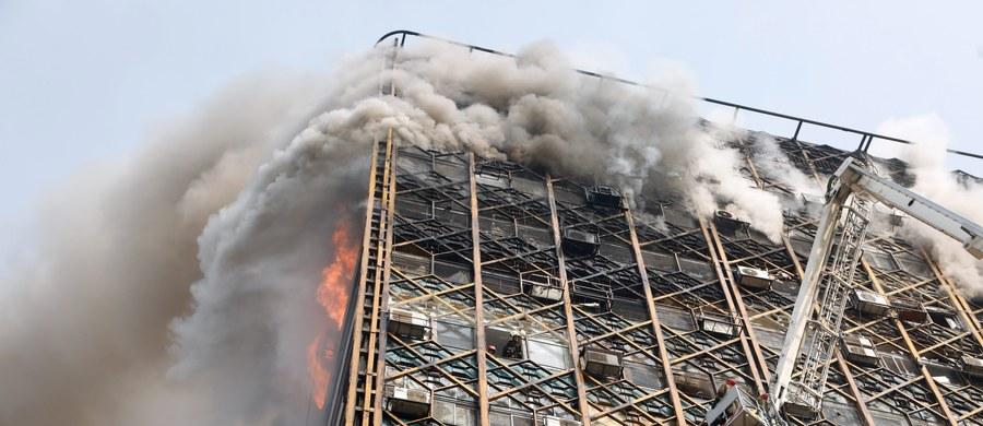 30 strażaków zginęło pod gruzami wieżowca, który zawalił się w centrum Teheranu, gdy trwało tam gaszenie pożaru - podała irańska telewizja Press TV. Rannych zostało co najmniej 38 osób - informuje agencja IRNA.