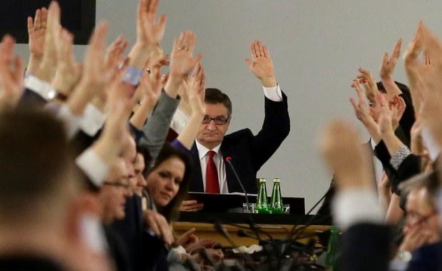 Warszawska Prokuratura Okręgowa wszczęła śledztwo w sprawie organizacji i przebiegu posiedzenia Sejmu w Sali Kolumnowej 16 grudnia ubiegłego roku. Zawiadomienie w tej sprawie złożyły m.in. Platforma Obywatelska i Nowoczesna.
