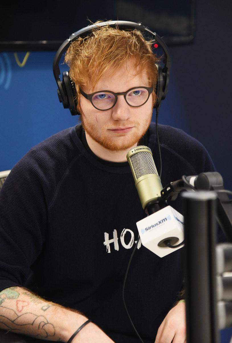 3 marca na sklepowe półki trafi najnowszy, trzeci album Eda Sheerana. Dwa dotychczas udostępnione utwory cieszą się ogromną popularnością na całym świecie. Kto pomagał brytyjskiemu wokaliście w nagraniach oraz skąd wzięła się blizna na jego prawym policzku?