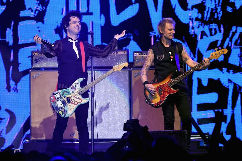 """""""Na świecie jest teraz mnóstwo nienawiści, gniewu i niesprawiedliwości, ale zostawmy to dzisiaj, dziś celebrujmy życie"""" – z taką odezwą zwrócił się do publiczności sobotniego koncertu (21 stycznia) Billie Joe Armstrong, lider formacji Green Day. I choć nie ustrzegł się politycznych deklaracji, wraz z zespołem zaserwował fanom zebranym w Tauron Arenie Kraków ponad dwie godziny rockowej zabawy."""