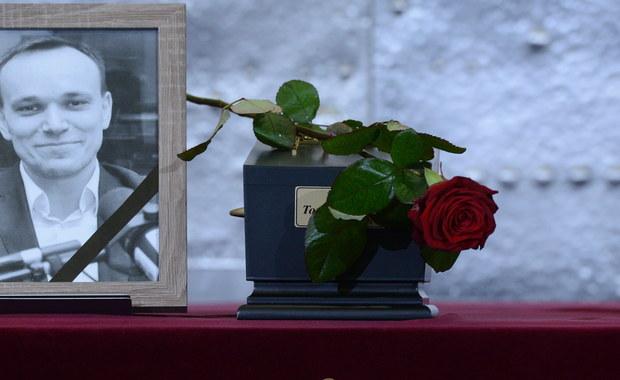 Rodzina, przyjaciele, a także dziennikarze i politycy, w tym prezydent Andrzej Duża pożegnali zmarłego przed kilkoma dniami byłego rzecznika SLD Tomasza Kalitę. Lewicowy polityk i działacz społeczny został pochowany przed południem na Wojskowych Powązkach w Warszawie.