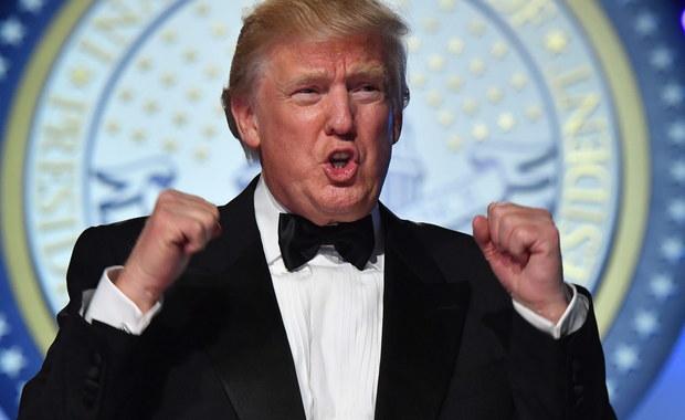 Żaden dotychczasowy kandydat na prezydenta USA i żaden dotychczasowy prezydent nigdy tak bardzo nie podzielił Amerykanów i całego świata. Ale też żaden z gospodarzy Białego Domu tak często i tak ochoczo nie łamał zasad dobrego wychowania i dobrego współżycia. Niewątpliwie nastała nowa era. Przed nami Donald Trump.