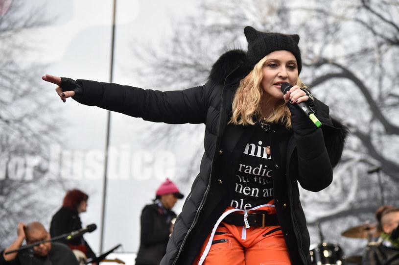 """Wiele znanych artystek i setki tysięcy kobiet wzięły udział w specjalnym narodowym marszu na Waszyngton, który odbył się w sobotę (21 stycznia) w największych miastach USA. Madonna, która w swoim przemówieniu powiedziała, że """"myślała o wysadzeniu Białego Domu"""", została za to mocno skrytykowana. Ze swoich słów artystka wytłumaczyła się na Instagramie."""