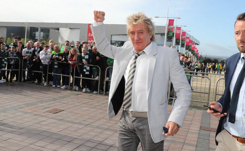 Czy Rod Stewart pojawił się nietrzeźwy w telewizji? Część internautów nie ma wątpliwości, że dziwne zachowanie wokalisty spowodowane było zbyt dużą ilością alkoholu.