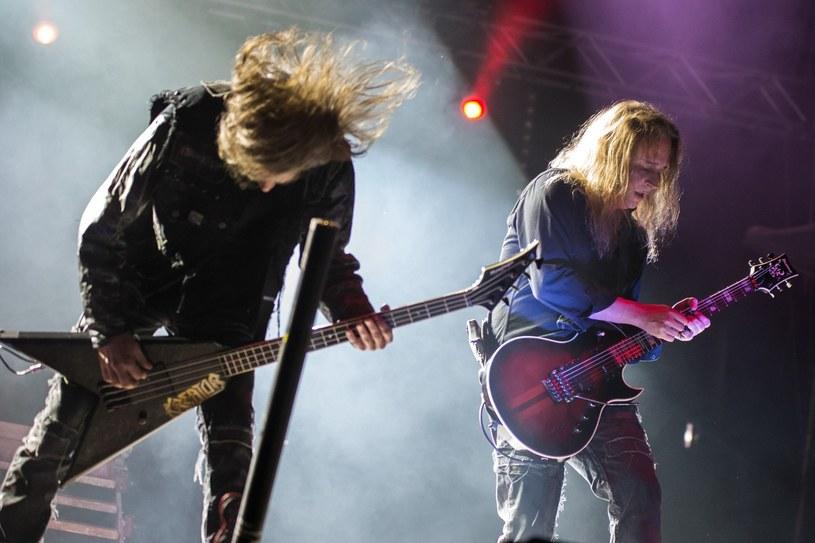 """Kreator nie jest jeszcze po drugiej stronie rzeki. Zamiast odgrzewać stare kotlety i zagrać na przykład na żywo całe """"Terrible Certainty"""" w kilkunastu miejscach na świecie, ku uciesze gawiedzi, która podczas powstawania tegoż albumu nie była jeszcze w planach rodziców, Niemcy (i Fin) zdecydowali się na wydanie czternastego albumu. Do kanonu muzyki metalowej ta płyta raczej nie wejdzie, ale """"Gods of Violence"""" trzyma poziom. Na krótko przed wyjazdem w trasę koncertową, nie tylko o nowym wydawnictwie Kreatora porozmawialiśmy z gitarzystą zespołu Samim Ylim-Sirnio."""
