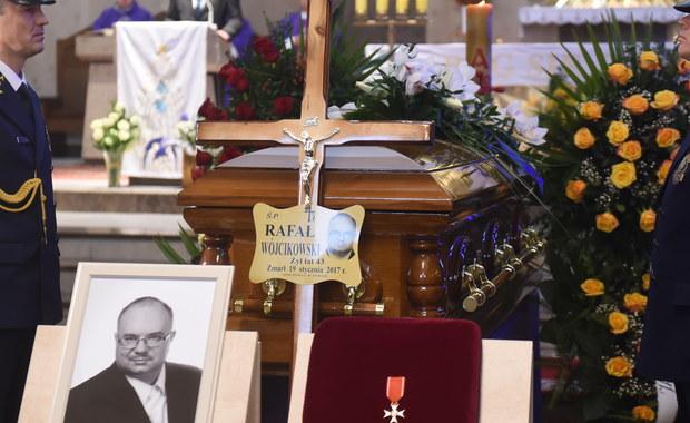 Łódzka Prokuratura Okręgowa przesłuchała strażaków, którzy udzielali pierwszej pomocy posłowi Kukiz'15 Rafałowi Wójcikowskiemu na miejscu wypadku. Parlamentarzysta zginął w czwartek na drodze ekspresowej S8 w powiecie skierniewickim w Łódzkiem. Dziś pochowano posła w rodzinnym Tomaszowie Mazowieckim.