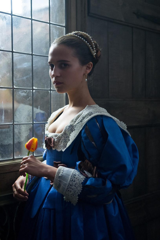 """""""Tulipanową gorączkę"""", którą oglądać będziemy na ekranach kin od 10 marca, nakręcono na podstawie bestsellerowej powieści autorstwa Debory Moggach. W tle burzliwej miłosnej historii obserwujemy obłęd, któremu ulegli XVII-wieczni Holendrzy."""