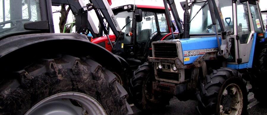 1000 osób ma stracić pracę w związku z planowanym połączeniem dwóch dużych agencji rolniczych – ustalił nasz reporter. To aż jedna trzecia zatrudnionych tam osób. Agencja Nieruchomości Rolnych i Agencja Rynku Rolnego zostaną przekształcone w Krajowy Ośrodek Wsparcia Rolnictwa. Planowo ma to się stać już w drugiej połowie tego roku.