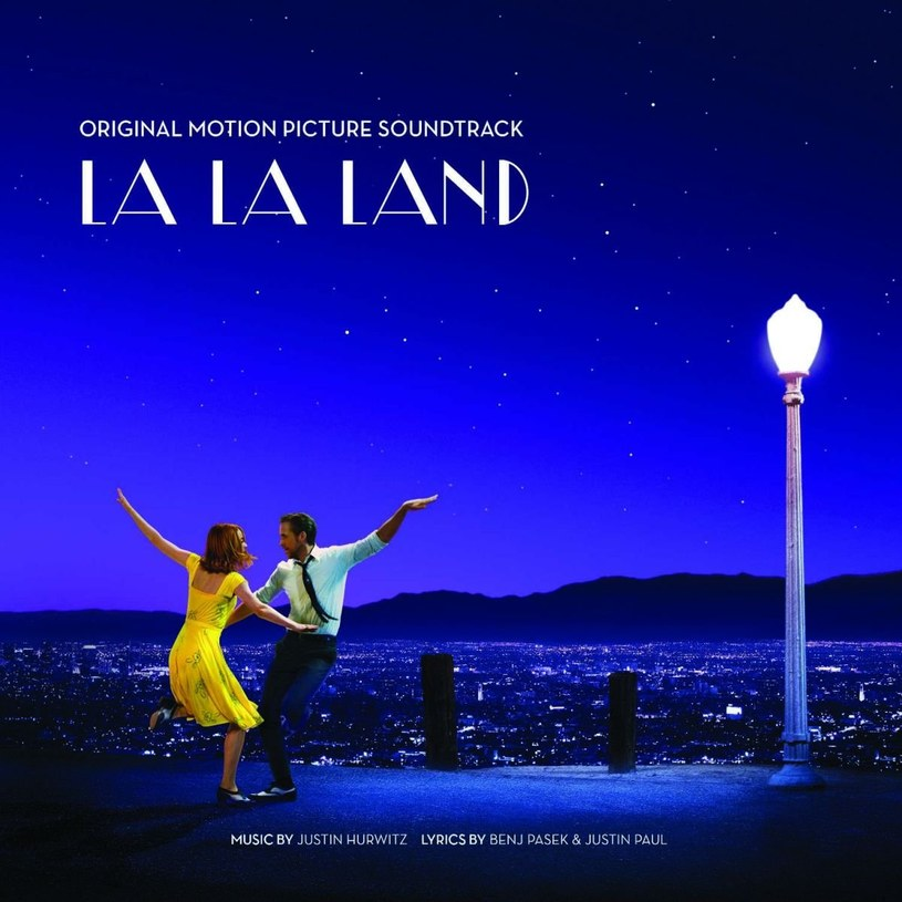 """Zauroczona para wiruje z gracją przez nasycone rozmaitymi barwami kadry. Ona lekka jak piórko, on pewnym krokiem prowadzi ją przez kolejne melodie. Brzmi jak banał z produkcji filmowej klasy B. Całe szczęście """"La La Land"""", podbijający właśnie serca publiczności film Damiena Chazelle'a, z Emmą Stone i Ryanem Goslingiem w rolach głównych, to nie tylko piękne opakowanie. Oprócz walorów docenianych przez znawców sztuki filmowej, to także kawał całkiem niezłej, przemyślanej muzyki, we wszystkich barwach, które przewijają się przez ekran."""