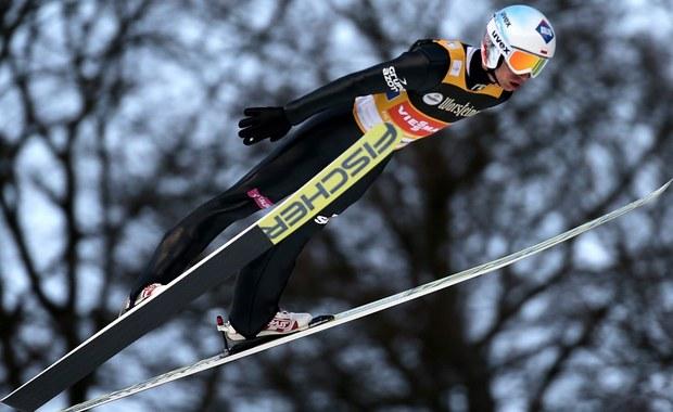 Kamil Stoch zajął piąte miejsce w konkursie Pucharu Świata w skokach narciarskich w niemieckim Willingen, ale utrzymał prowadzenie w klasyfikacji generalnej cyklu. Zwyciężył Niemiec Andreas Wellinger, przed Austriakami Stefanem Kraftem i Manuelem Fettnerem. Dziesiąty był Piotr Żyła, 13. Maciej Kot. Tuż za nim uplasował się Dawid Kubacki, a na 15. pozycji zawody ukończył Jan Ziobro. W sobotę biało-czerwoni wygrali konkurs drużynowy.