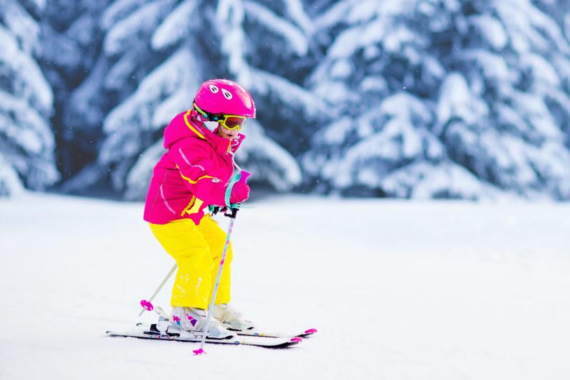 Od czego zacząć naukę jazdy na nartach? Podstawa to pozytywne nastawieni i przekonanie, że się uda. Oczywiście oprócz dobrych chęci potrzeba jeszcze trochę samozaparcia, cierpliwości i kilku podstawowych umiejętności. Oto pięć kroków, dzięki którym samodzielnie, bez pomocy instruktora, opanujesz podstawowe zasady jazdy na nartach. Powodzenia!