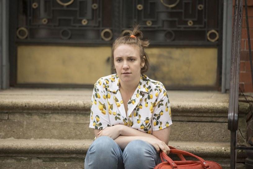 """Nowy, szósty i zarazem ostatni sezon wyróżnionego nagrodami Emmy, BAFTĄ i Złotymi Globami serialu HBO """"Dziewczyny"""" będzie miał premierę w HBO i HBO GO w poniedziałek, 13 lutego o godz. 4 w nocy - równolegle z premierą amerykańską. Serial będzie również emitowany w poniedziałki o godz. 21.10 w HBO. Pomysłodawczynią serialu i odtwórczynią jednej z głównych ról jest Lena Dunham."""