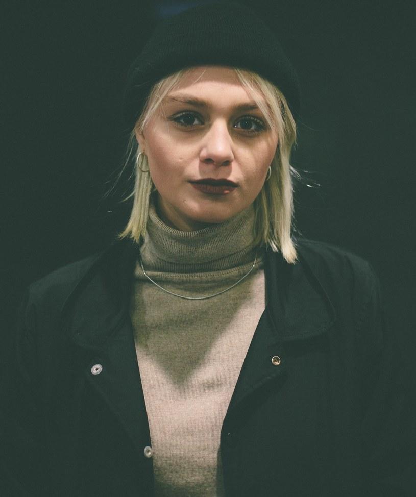 """Zeszłoroczna debiutantka Rosalie. prezentuje nowy teledysk """"Pozwól"""" i zapowiada trasę koncertową promującą EP-kę """"Enuff""""."""