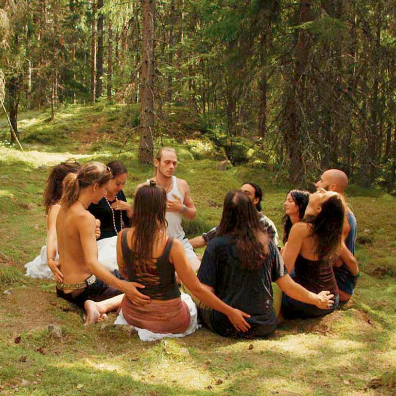 """""""Szwedzka teoria miłości"""" to dokument Erika Gandiniego o inżynierii społecznej, według której jednostki mają być niezależne i samowystarczalne. O tym, czy ceną za wolność musi być samotność, mówi w filmie m.in. socjolog Zygmunt Bauman."""