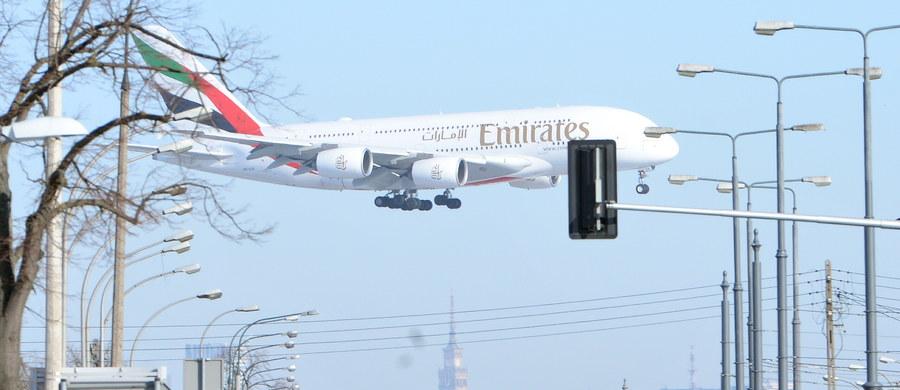 Airbus A380, największy samolot pasażerski na świecie, wylądował na Lotnisku Chopina w Warszawie. Powodem jest 4. rocznica połączenia Warszawa-Dubaj linii Emirates.