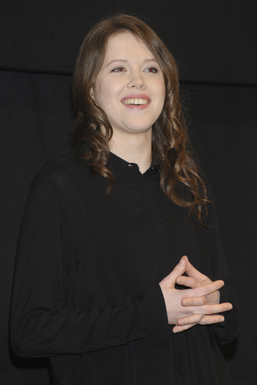 """""""Irka jest głosem rozsądku i jest też takim łącznikiem pomiędzy Marysią i Ewką"""" - powiedziała Marta Mazurek, jedna z bohaterek nowego serialu TVP """"Wojenne dziewczyny"""", w rozmowie z Interią. Produkcja zadebiutuje 5 marca na antenie TVP1."""