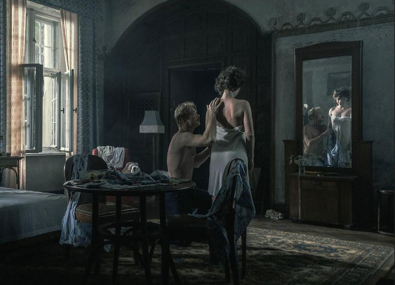 """Miłością życia Michaliny Wisłockiej był Jurek, którego poznała jako dojrzała kobieta, już po rozstaniu z mężem. Łączyło ich wielkie i płomienne uczucie, choć los sprawił, że nie trwało tak długo, jak by chcieli. Ania Rusowicz w utworze """"W co mam wierzyć?"""" wtóruje filmowemu romansowi pani doktor i mężczyzny jej życia."""