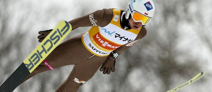 Kamil Stoch wygrał konkurs Pucharu Świata w skokach narciarskich w japońskim Sapporo i umocnił się na prowadzeniu w klasyfikacji generalnej cyklu. Maciej Kot, który w sobotę był współtriumfatorem, zajął czwarte miejsce. Na drugiej pozycji uplasował się prowadzący po pierwszej serii Niemiec Andreas Wellinger, a na trzeciej Austriak Stefan Kraft.