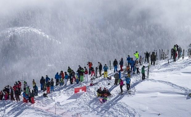 Prawie trzy godziny czekali w sobotę na start w zjeździe alpejczycy rywalizujący w mistrzostwach świata w szwajcarskim St Moritz. W tym czasie zdążyli zgłodnieć, więc przekąski dostarczono im... helikopterem. Ostatecznie pogoda uniemożliwiła rozegranie zawodów.