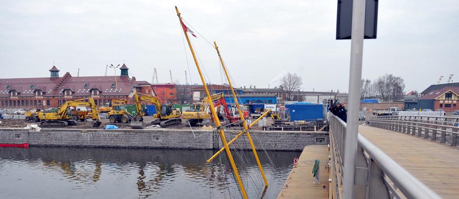 """Jacht """"Down North"""" zatonął przy nabrzeżu szczecińskiej mariny znajdującej się w centrum miasta. Na pokładzie nikogo nie było."""