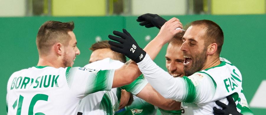 W drugim niedzielnym meczu inauguracyjnej kolejki rundy wiosennej Lechia pokonała w Gdańsku prowadzącą w tabeli Jagiellonię Białystok 3:0 (1:0) i dzięki temu zwycięstwu została liderem piłkarskiej ekstraklasy. Wszystkie gole dla gospodarzy strzelili bliźniacy Marco i Flavio Paixao.
