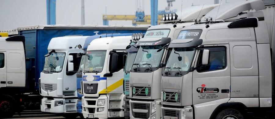 """""""Nawet 150 tysięcy polskich kierowców ciężarówek może stracić pracę przez nową dyrektywą unijną"""" - alarmuje Związek Pracodawców Transport i Logistyka. Chodzi o unijną dyrektywę o delegowaniu pracowników na codzienne funkcjonowanie branży transportowej w Unii Europejskiej, która nakazuje firmom transportowym opłacanie swoich kierowców inaczej w każdym kraju, przez jaki przejeżdżają. """"Europa jest zbyt mała, by ją dzielić. Aby umożliwić utrzymanie stanowisk pracy, poprawę jakości pracy oraz inwestycje w zwiększanie liczby pracowników i przeznaczonej dla nich infrastruktury, konieczne jest wyeliminowanie niepotrzebnej biurokracji i utrzymanie zintegrowanego jednolitego rynku"""" - czytamy w raporcie, który transportowcy planują wszystkim europarlamentarzystom."""