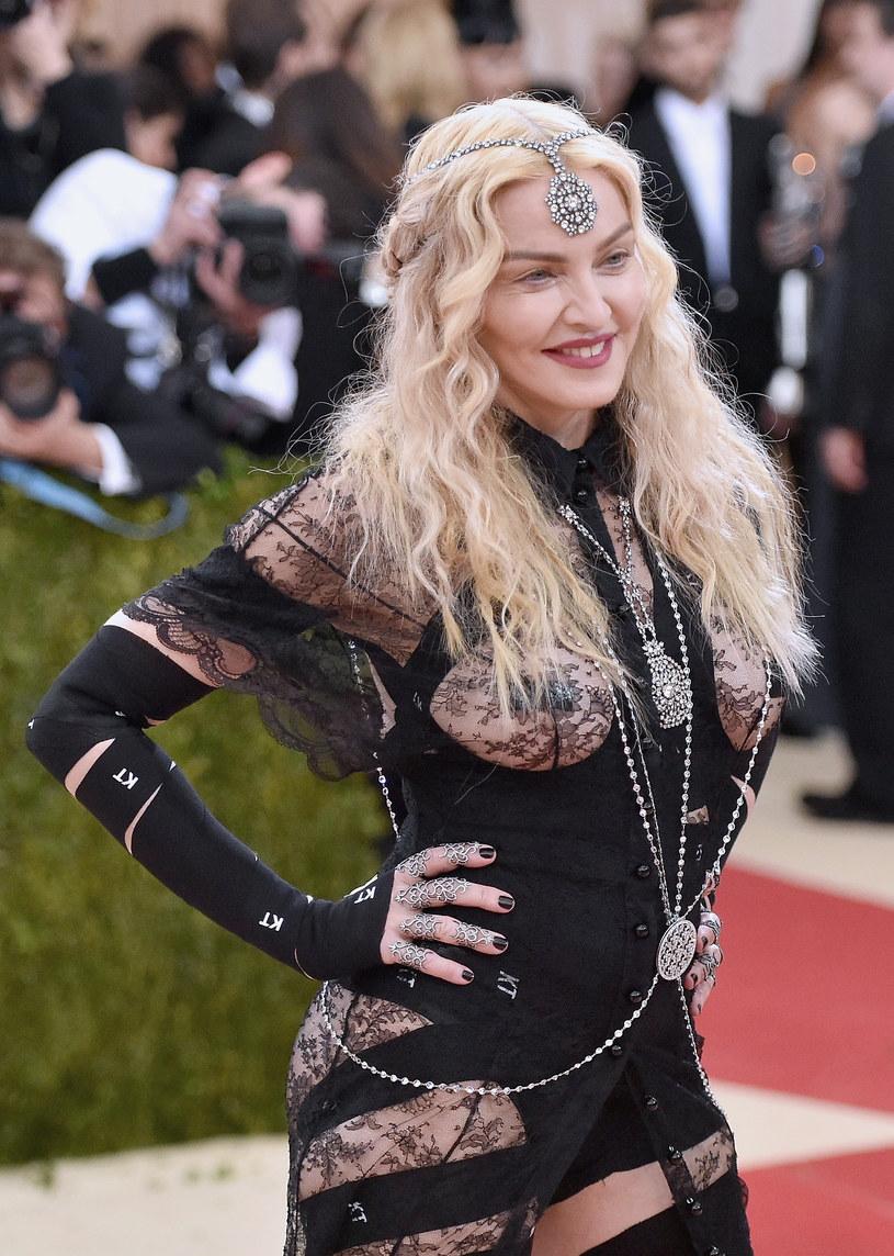 """Madonna pojawiła się na okładce włoskiego magazynu """"Vogue"""". Wokalistka na zdjęciu zrobionym przez Stephena Kleina pokazała sutki."""