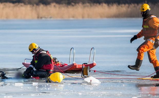 Koniec poszukiwań w jeziorze Dłużec w zachodniopomorskich Baniach. Strażacy znaleźli ciało mężczyzny, który znalazł się pod wodą we wtorek wieczorem, gdy pod ciężarem quada, którym jeździł z kolegą po zamarzniętej tafli, pękł lód. Jego towarzysz zdołał wydostać się z wody o własnych siłach i powiadomić służby o wypadku.