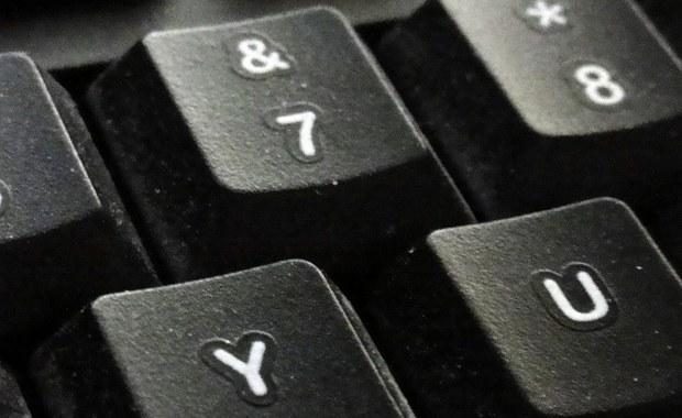 """Koniec z gigantycznymi kontraktami IT. Administracja będzie informatyzować się sama, zatrudniając cudzych fachowców na godziny - pisze """"Puls Biznesu""""."""