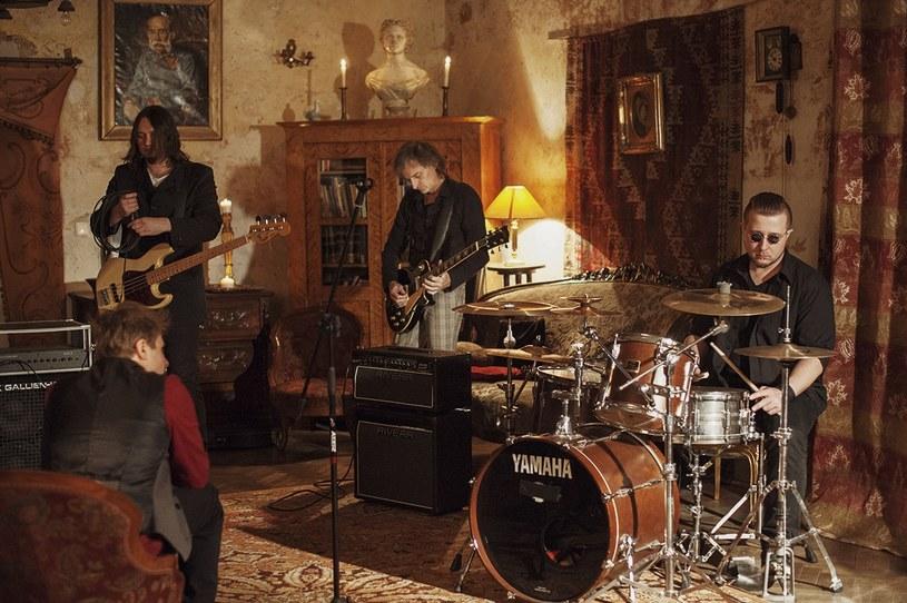 """Formacja Revolver! zaprezentowała trzecią odsłonę debiutanckiej płyty. Kompozycji zatytułowanej """"Kołysanka"""" towarzyszy teledysk."""