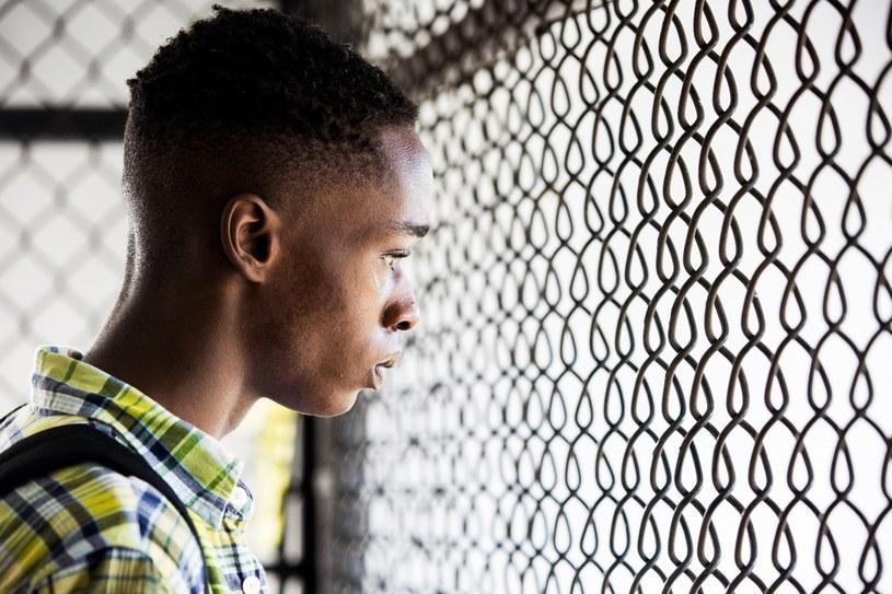 """Obsypany nagrodami """"Moonlight"""" - m.in. Złoty Glob za najlepszy dramat i 8 nominacji do Oscara - kronika życia młodego Afroamerykanina od dzieciństwa do dorosłości, to dzieło absolutnie wyjątkowe. Film stanowi zarazem ponadczasową opowieść o poszukiwaniu swego miejsca w świecie, jak i głęboko osobiste, poetyckie studium tożsamości, rasy, dojrzewania, męskości, rodziny, przyjaźni i miłości."""