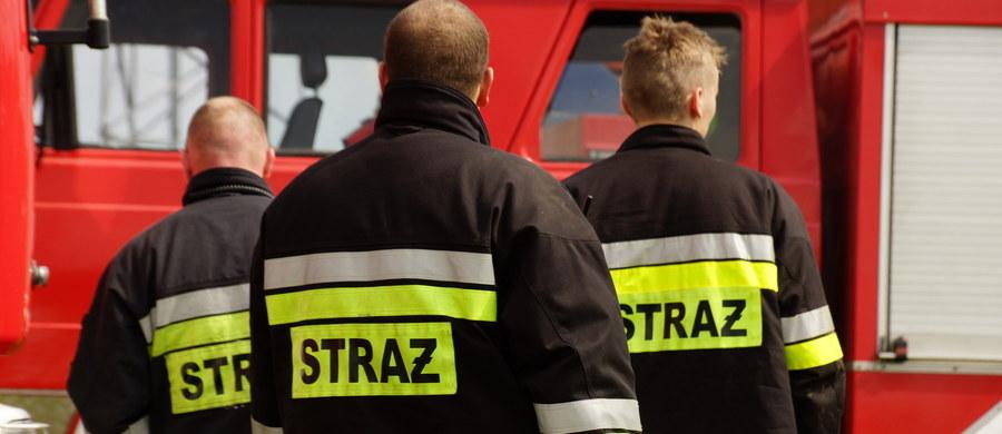 Na terenie jednej z firm w Opolu doszło do wycieku kwasu azotowego.  Ewakuowano ludzi z okolicznych budynków. W sumie 25 osób. Nikomu nic się nie stało. Na miejscu zdarzenia było kilka jednostek straży pożarnej.